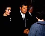 Жаклин Кеннеди на предвыборной кампании рядом с её мужем в Эплтоне, штат Висконсин, марте 1960 года